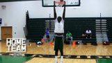 Když vyšší student hrát basketbal