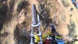 Folle discesa in mountain bike