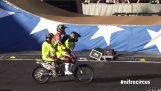 Περιστροφή στον αέρα σε μοτοσικλέτα με 4 αναβάτες