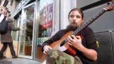 Ένας εξαιρετικός πλανόδιος κιθαρίστας