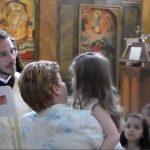 Η μικρή Λυδία δεν θέλει να βαπτιστεί…