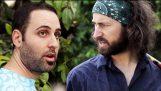 Twee 30-jarige jongens lipsync een gesprek tussen twee 60-jaar-oude vrouwen