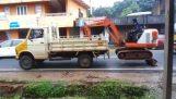 Φορτώνοντας έναν εκσκαφέα σε φορτηγό