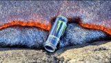 Eine Dose Monster wird von Lava verschlungen