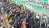 Επιβάτες σηκώνουν το τρένο για να βοηθήσουν ένα συνάνθρωπό τους