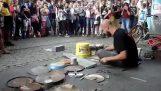 Απίθανος street drummer παίζει techno