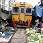 Το τρένο της Μπανγκόκ περνά μέσα από τη λαϊκή αγορά