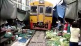 Bangkok tåg passerar bondens marknad