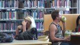 Φάρσα: Φαγητό στη βιβλιοθήκη