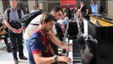 الارتجال البيانو في محطة القطار في باريس!