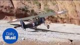 एक समुद्र तट पर एक 1930 के दशक विमान भूमि