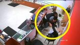 दुकान के मालिक हथियारों से लैस चोर से लड़ने और उसकी बंदूक ले जाता है, शिकागो मोबाइल फोन की दुकान डकैती विफल