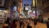 Chůze v Tokyo Shibuya v noci