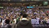 जिआनीस एंटेटोकंमपो मिल्वौकी में यूनानियों के साथ-साथ राष्ट्रीय गान गाती
