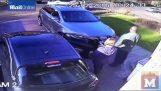 Şok edici levye çete adam Beat saldırı sonra arabasını çalmak