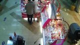 The thief in the mall