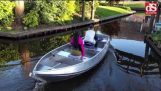 Tourist in Giethoorn boat does not understand