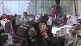 Göçmenler EYC polis saldırı
