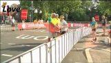 Postino freaks fuori sopra la chiusura della strada Tour de France