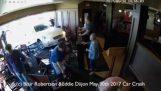 Auto narazí do restaurace v Ontariu Town