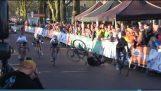 Zuschauer klopft Radfahrer direkt vor der Ziellinie