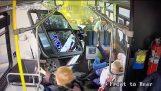 Ημιφορτηγό καρφώνεται κυριολεκτικά πάνω σε λεωφορείο