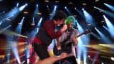 Mädchen aus dem Publikum spielen auf der Bühne mit Green Day