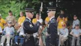 Guarda de Honra do Exército dos EUA Rifle expection com áudio close-up [EXCLUSIVO]