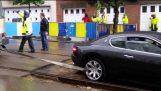 Maserati s'imborga in tram fallire