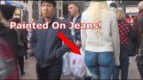 Dívka chodí kolem NYC s bez kalhotek!