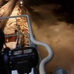 Ένα φορτηγό πλοίο χάνει το φορτίο του στη θάλασσα