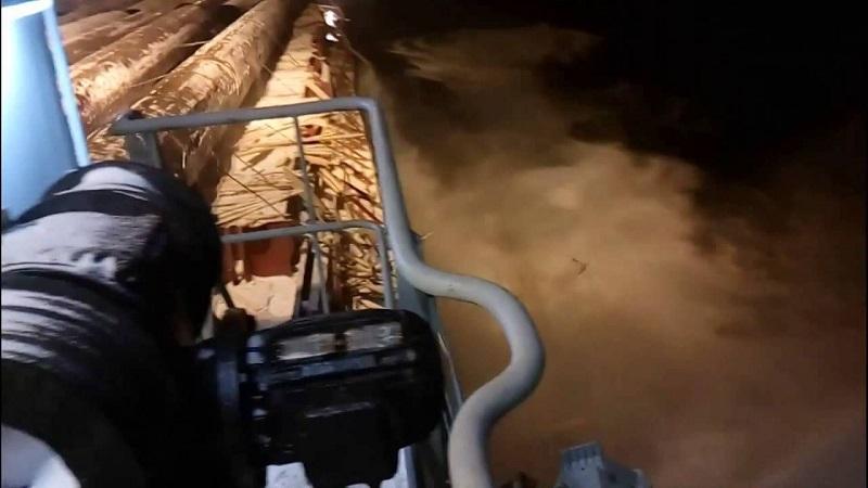 Αποτέλεσμα εικόνας για φορτηγο πλοιο χανεο φορτιο στη θαλασσα απο τρικυμια