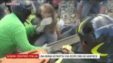 Διασώστες στην Ιταλία βγάζουν ένα μικρό κορίτσι από τα συντρίμμια