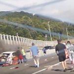 Αυτοκινητιστές διασώζουν μια γυναίκα από το φλεγόμενο αυτοκίνητό της