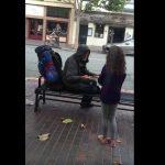 Ένα μικρό κορίτσι προσφέρει το φαγητό του σε έναν άστεγο