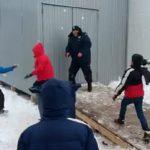 Τα παιδιά των μεταναστών επιτίθενται σε Σέρβο αστυνομικό