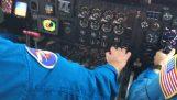 एक हवाई जहाज तूफान मैथ्यू के माध्यम से गुजरता