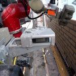 Το ρομπότ χτίστης κατασκευάζει ένα τοίχο