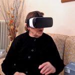 Ελληνίδα γιαγιά δοκιμάζει γυαλιά εικονικής πραγματικότητας