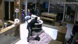Ladrões de ardência em loja de roupas
