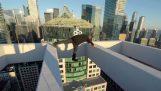Смелчага игри върха на небостъргач