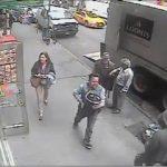 Περαστικός κλέβει ένα κουβά με χρυσό από θωρακισμένο όχημα