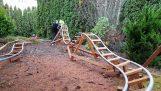 बगीचे में लड़कों की रोलर कोस्टर