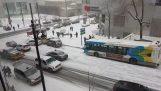 雪在加拿大引起交通事故