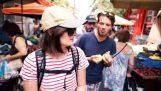 Τουρίστες εντυπωσιάζονται με την ποιότητα της ελληνικής λαϊκής αγοράς