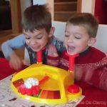 Δύο παιδιά παίζουν ένα πολύ αστείο παιχνίδι
