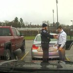 Αστυνομικός δένει τη γραβάτα ενός αυτοκινητιστή