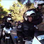 La sfida del manichino della polizia ellenica