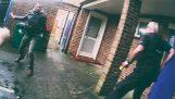 Човек са чекићем напада на полицију