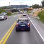Ένα Mini Cooper φρενάρει μπροστά από φορτηγό